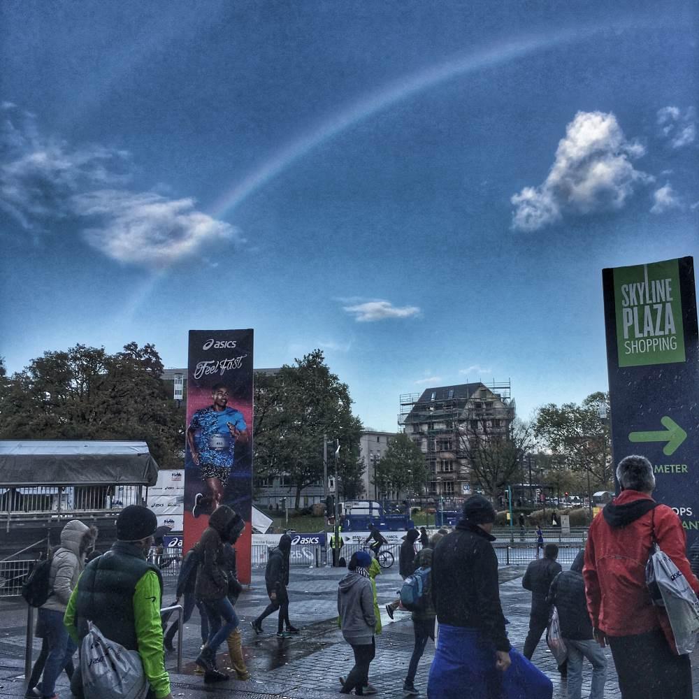Frankfurt Marathon Regenbogen im Ziel